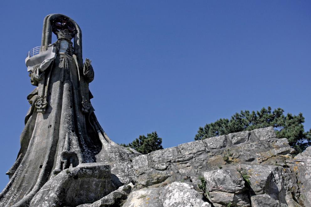 La Virgen de la Roca por el arrquitecto porriñés Antonio Palacios, autor de edificios modernistas. La obra fue inaugurada en 1930, con 15 metros de altura. |Foto:  Hotel Bahia Bayona