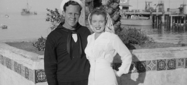 James Dougherty, 'Jimmy', y su esposa, Norma Jeane Baker Isla Catalina en 1943. |Fotografía Getty Images - Catalina Island Museum