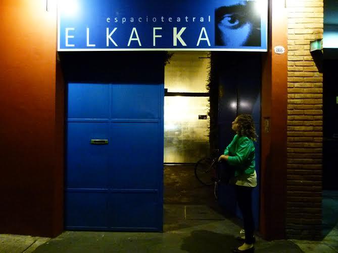 Entrada principal del Kafka, espacio teatral donde  predomina el azul, no solo por fuera. |Fotografía: Carmina Balaguer