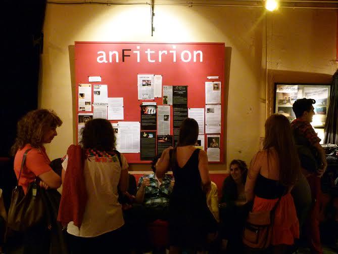 La antesala del teatro Anfitrión ofrece un bar con  elementos kitsch y vintage. |Fotografía: Carmina Balaguer