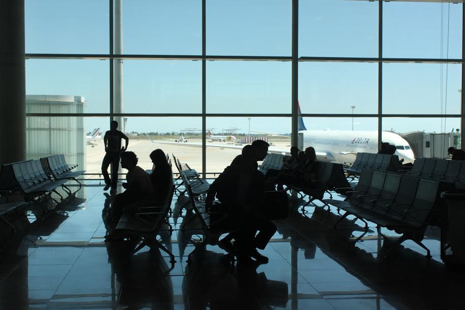 Pasajeros esperando en el Aeropuerto de Barcelona - Prat  Fotografía: Arlene Bayliss
