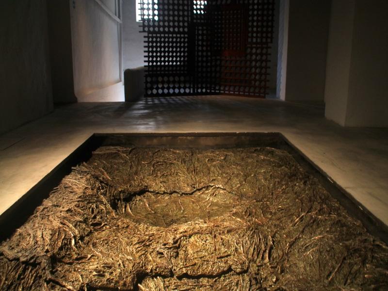La fuente del Convento de Santa Clara está acompañada por unas paredes de celosías, obra también de Cristina Iglesias │Fotografía: Virginia Martínez