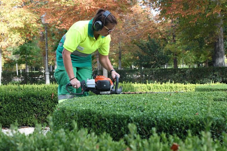 Yolanda Romero, jardinera que en 2016 cumple 9 años dándole cuidado a El Retiro. |Fotografía: Arlene Bayliss