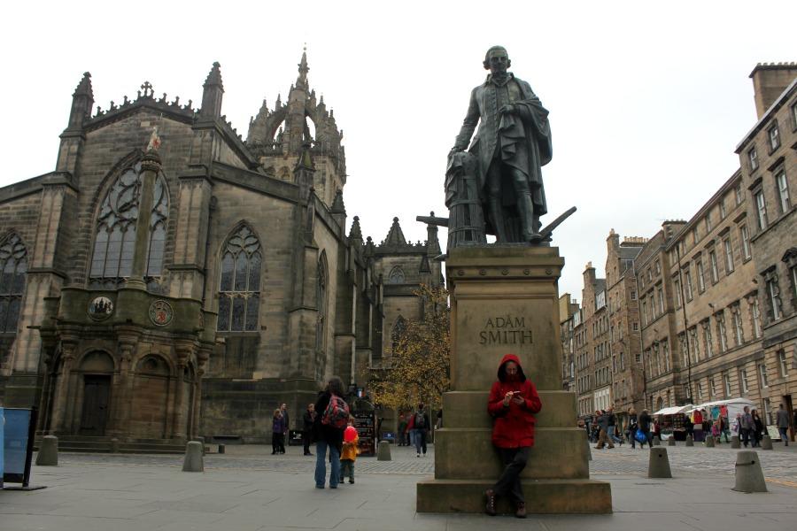 La Catedral de Saint Giles y el monumento al economista que murió en Edimburgo Adam Smith.