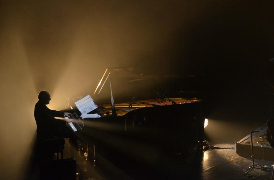 Ludovico Einaudi en pleno concierto. |Fotografía: Manolis Chiotis