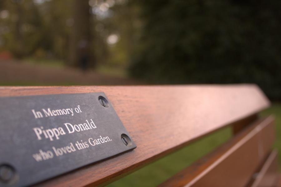 ¿Sabías qué? En Edimburgo puedes donar un asiento para la memoria de un ser querido, el recuerdo de un amor o la celebración de un momento especial. Es muy común que encuentres bancos con dedicatorias grabadas. |Fotografía: Laura Medina Alemán