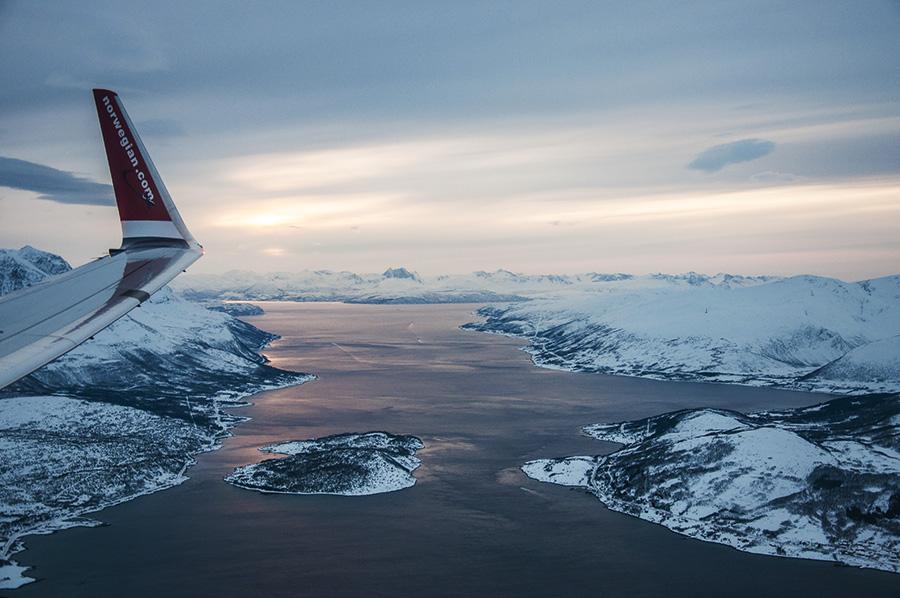Sobrevolando los fiordos durante el aterrizaje en Tromsø. |Fotografía: Dani Keral