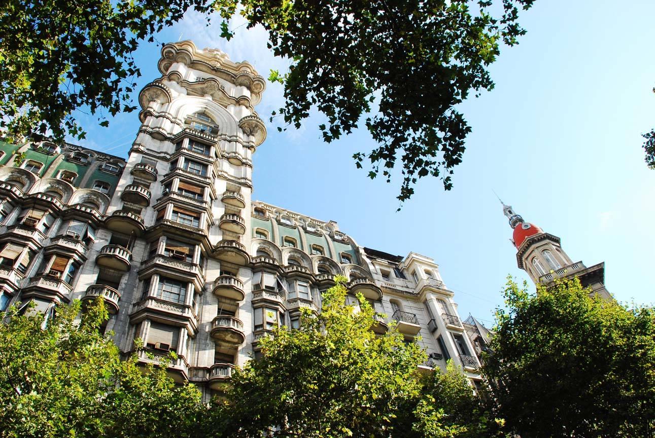 Está ubicado en Avenida de Mayo, en el barrio de Monserrat, y cuando fue construido era el edificio más alto de la ciudad y de América del Sur. | Fotografía: Palacio Barolo