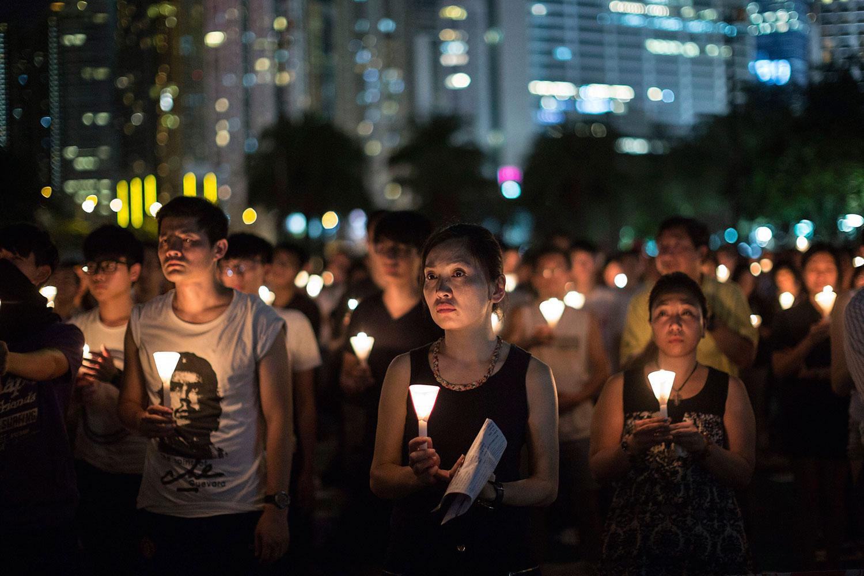 Miles de personas recordando en 2015 en Hong Kong a las víctimas de la plaza Tiananmen de Pekín. |Fotografía: Agencia EFE