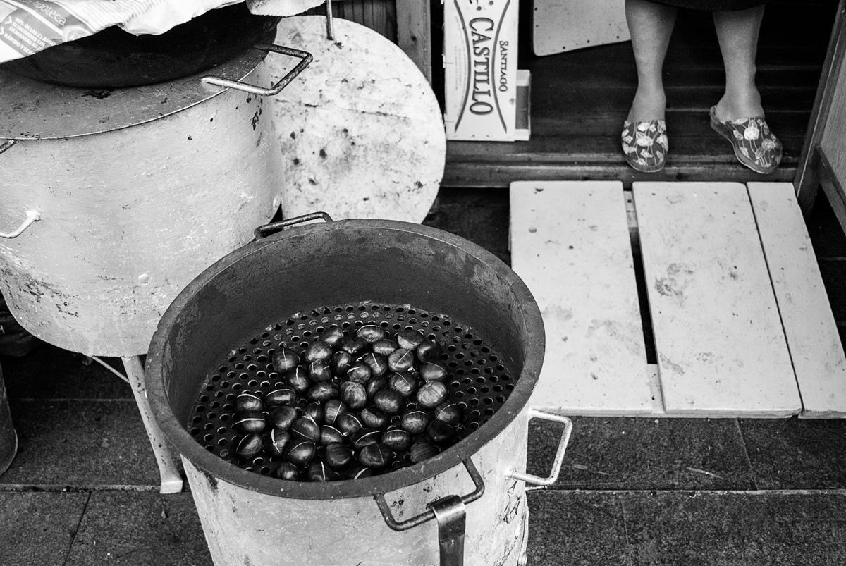 La tradición de las castañas de mano de las castañeras.  Fotografía: Beatriz Lizana