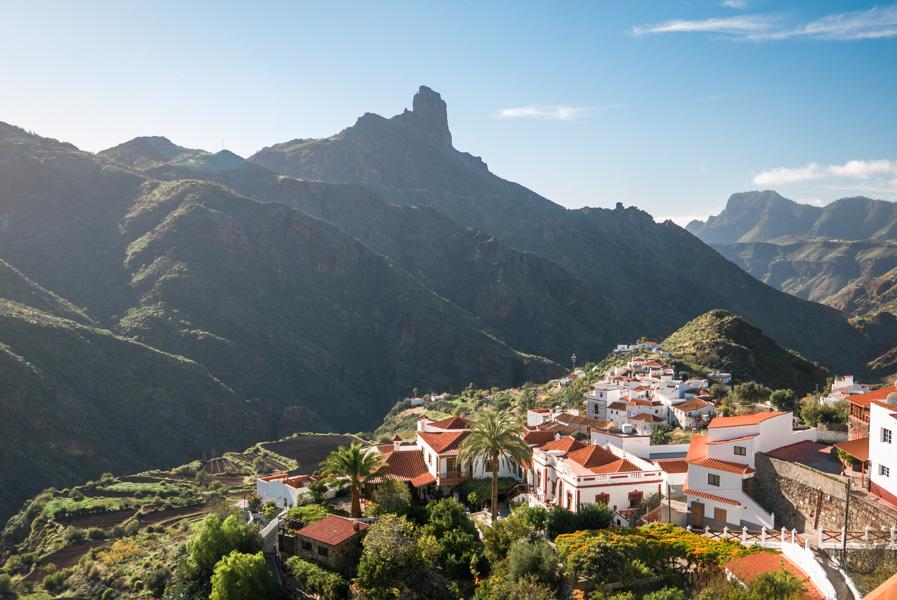 Roque Bentayga y el pueblo de Tejeda, Gran Canaria